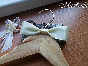 Iné doplnky - jednoduchá mašľa na svadobný vešiak - 13571852_