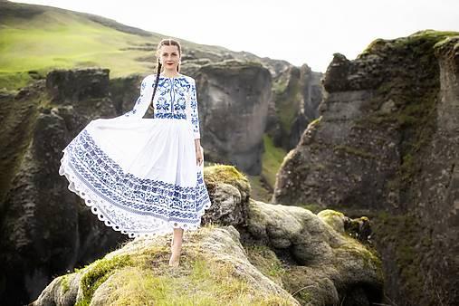 biele vyšívané šaty Zámutovské kvety