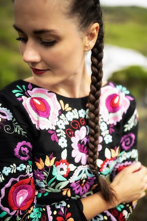 čierny vyšívané šaty Očovianka