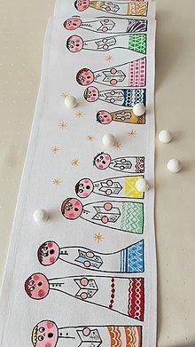 Úžitkový textil - Maľovaný stredový obrus, 136 x 19 cm,biely a pestrofarební koledníci - 13575468_
