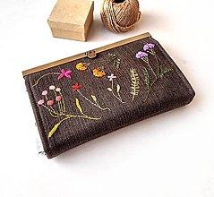 Peňaženky - Peňaženka s priehradkami Lúčne kvietky farebné na tmavej - 13576348_