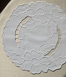 Úžitkový textil - Vyšívané prestieranie - richelieu -  Dva kvety, biela, 42 x 42 cm - 13579445_