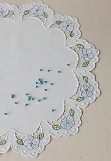 Úžitkový textil - Vyšívané prestieranie - richelieu - biela, priemer 44 cm - 13580217_