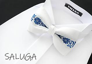 Doplnky - Folklórny pánsky biely - modrý motýlik - folkový - ľudový - 13585449_