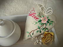 Dekorácie - Srdiečko s růžičkou vyšívané - 13585600_