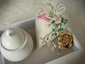 Dekorácie - Srdiečko s růžičkou vyšívané - 13585595_