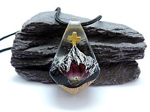 Náhrdelníky - Živicový náhrdelník - Hory a krížik - 13587302_