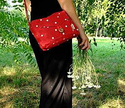 Kabelky - Kabelkochlebník (červená s bodkami, drevený okrúhly gombík 4-dierkový) - 13586438_