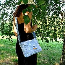 Kabelky - Kabelkochlebník (modrý denim s kvietkami, gombík drevená olivka) - 13586456_