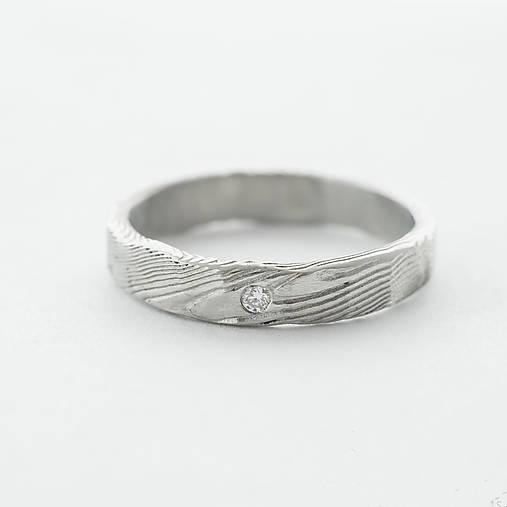 Prstene - Kovaný zásnubný alebo snubný prsteň s diamantom - Natura - 13595029_