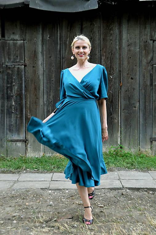 Viskózové zavinovacie šaty v petrolejovej