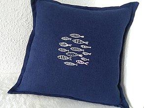 Úžitkový textil - Len tak si plávame (ručne vyšívaný vankúš) - 13599804_