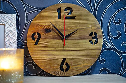 Zostarené drevené smrekové hodiny na stenu
