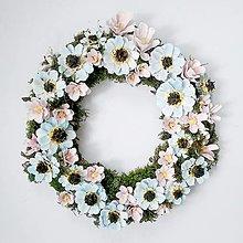 Dekorácie - Modro-ružový kvetinový veniec - 13611093_