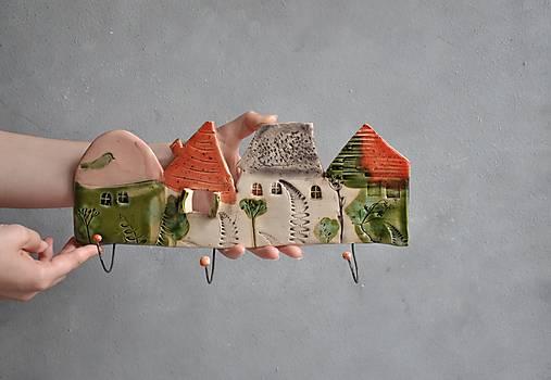 Vešiak so štyrmi domčekmi oranžovo jahodový