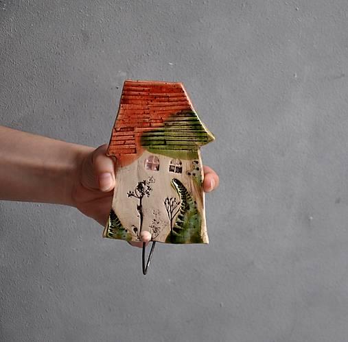 Vešiak s jedným domčekom oranžovo zelený