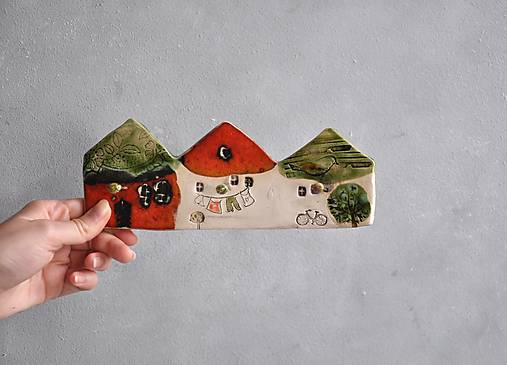 Vešiak s tromi domčekmi červený
