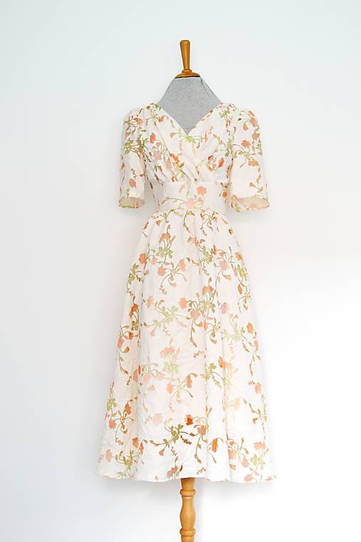 Kvetované  transparentné  šaty s riaseným vrškom, výrazným pásom a riasenou sukňou
