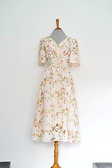 Šaty - Kvetované  transparentné  šaty s riaseným vrškom, výrazným pásom a riasenou sukňou - 13616315_