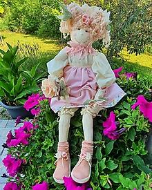 Bábiky - Sediaca bábika s kvietkom - 13621575_