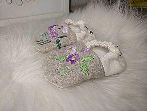 Detské topánky - Capačky ručne vyšívané kvietky novorodenecké - 13623852_