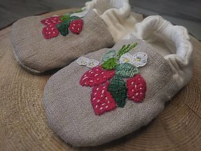 Detské topánky - Capačky vyšívané jahôdky 3-6 mesiacov - 13625027_