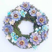 Dekorácie - Fialový kvetinový veniec - 13623187_
