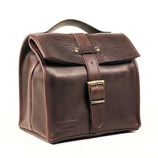 Hnedá kožená taška.