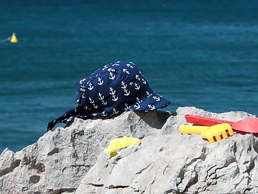 Letný detský šilt kotvy na modrej