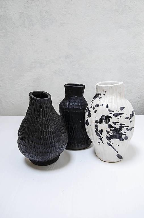 Váza black MASS čierna so štruktúrou