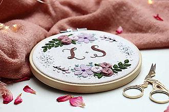 Darčeky pre svadobčanov - Výšivka V objatí kvetov ♡ - 13650763_