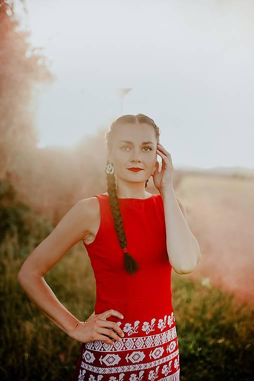 červené vyšívané šaty Zámutovské kvety
