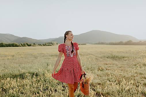 červené bodkované šaty Zámutovské kvety