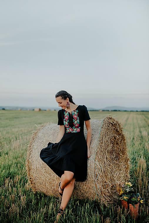 čierne vyšívané šaty Zámutovské kvety