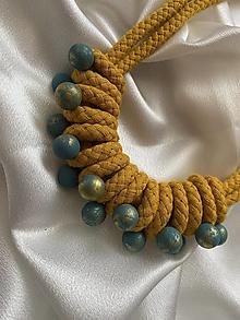 Náhrdelníky - Hořčicový náhrdelník s modrými korálky - 13653422_
