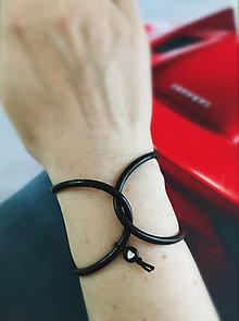 Náramky - Silikon, čierny náramok srdiečko - 13664446_