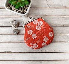 Peňaženky - Peňaženka M Kvety na svetločervenej - 13683556_