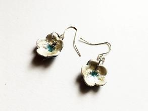Náušnice - biele kvietky s modrým stredom - 13687819_