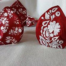 Opasky - Vyšívaný opasok s paličkovanou čipkou (Vyšívané rúško červený podklad + biely vzor) - 13689279_