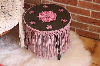 Nábytok - Drevený ručne maľovaný stolík s macramé strapcami - 13691023_