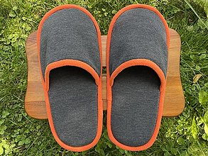 Ponožky, pančuchy, obuv - Veľké šedé papuče s oranžovým lemom - 13700627_