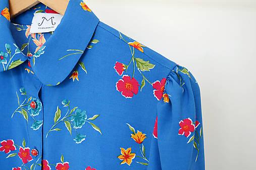 Viskózová blúzka v modrej s kvetmi a okrúhlym golierikom