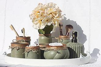 Dekorácie - Olivovo - zlatá dekorácia do kúpeľne na drevenom podnose - 13715835_