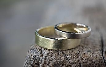 Prstene - Obrúčky potajme tepané ... biela vs. žltá  - 13716521_