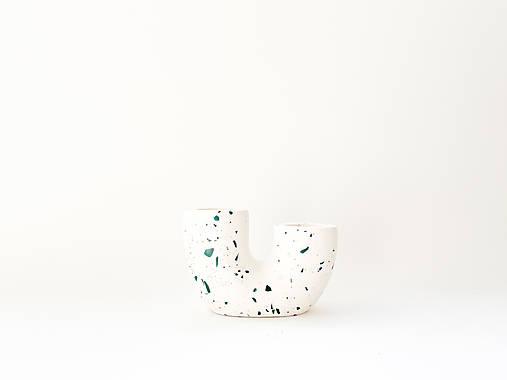 Svietidlá a sviečky - Biely svietnik so zelenou terrazzo ozdobou - 13727724_