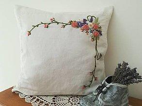 Úžitkový textil - Ručne vyšívaný vankúš vo vintage štýle. - 13750481_
