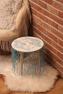 Nábytok - Jing jang drevený maľovaný stolík v námorníckom štýle s macramé rybárskou sieťou - 13760360_