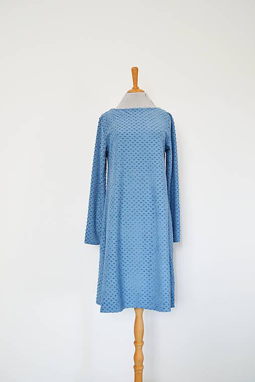 Úpletové šaty v áčkovom strihu s bodkovanou štruktúrou