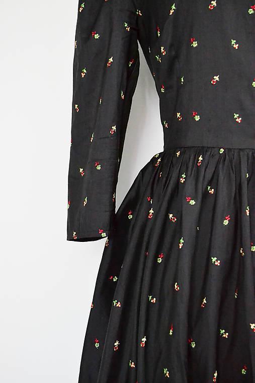 Hodvábne vyšívané šaty s riasenou sukňou