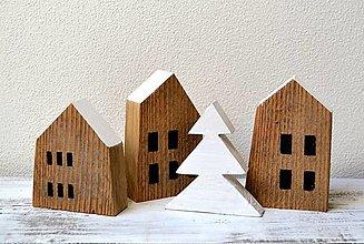 Dekorácie - Zimná dekorácia-Domčeky zo starého dreva s bielym stromčekom - 13764985_